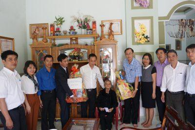 Chúc Tết Mẹ Việt Nam anh hùng Ngô Thị Khiêm